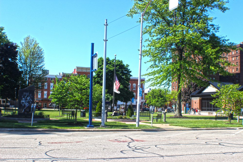 <p>Perry Square around 4 p.m. on Sunday, before it was locked down by police at 6 p.m. Photo by Nick Warren.</p>
